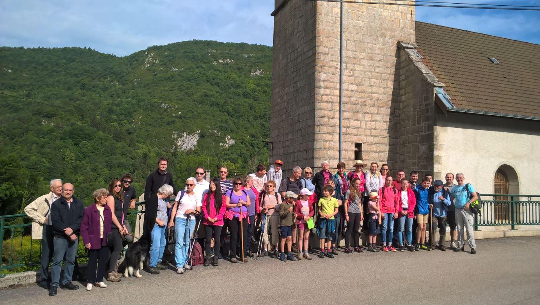Les pèlerins devant l'Eglise de Villard